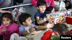 Almanya'da hediye dağıtılan mülteci çocuklar