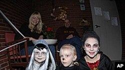 家长担心孩子的安全,陪着孩子参加万圣节活动