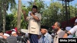 Prabowo Subianto menuding seluruh lembaga survei hitung cepat tukang bohong, dalam syukuran kemenangannya di Kertanegara, Jakarta, Jumat (19/4). (Foto courtesy: VOA/Ghita Intan).