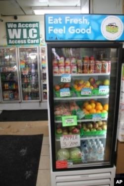 """店主从""""健康街角便利商店倡议行动工作项目""""得到冰箱"""