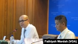 Mitrawicara dan kerjasama antar kawasan ASEAN Kemenlu Derry Aman (kiri) di dampingi juru bicara Kemenlu Arrmanatha Nasir sedang menjelaskan soal KTT US-ASEAN di kantor Kementerian Luar Negeri, Jalan Pejambon, Jakarta. (VOA/Fathiyah)