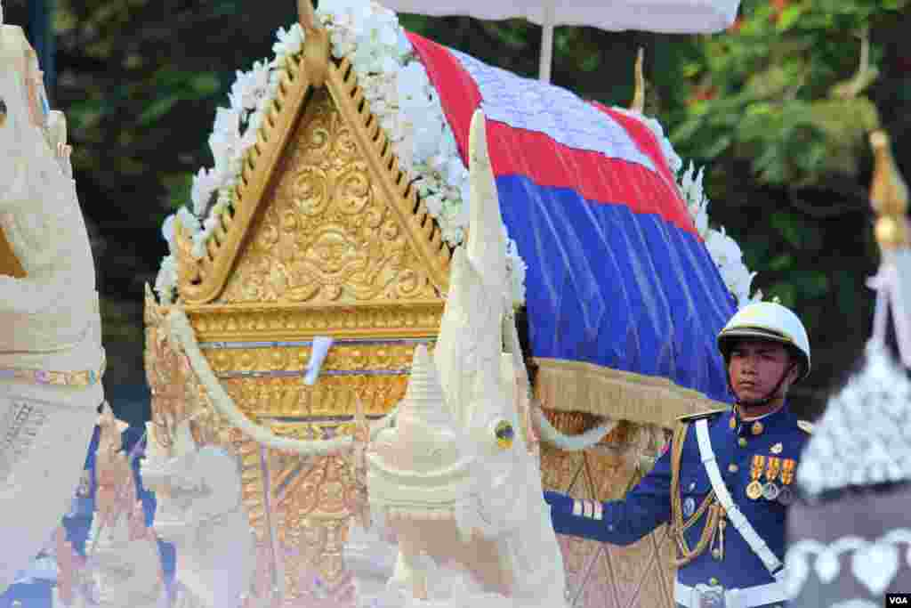 The procession of Chea Sim's funeral, former president of Cambodian People's Party and the Senate on June 19, 2015. (Nov Povleakhena/VOA Khmer) (Hean Socheata/VOA Khmer)