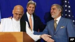 Ngoại trưởng Hoa Kỳ John Kerry (giữa) và 2 ứng cử viên tổng thống Afghanistan Abdullah Abdullah (phải) Ashraf Ghani tại một cuộc họp báo chung, 8/8/14