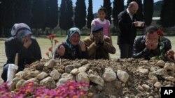Keluarga yang berduka menyampaikan doa di makam salah seorang korban musibah tambang di Soma, Turki, yang menelan lebih dari 280 korban jiwa (16/5/2014).
