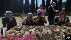 Người thân cầu nguyện tại ngôi mộ của nạn nhân bị thiệt mạng trong vụ nổ biến áp điện bên trong mỏ than ở Soma, Thổ Nhĩ Kỳ, ngày 16/5/2014.