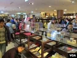 禮品商店中的中國觀光客(美國之音張永泰拍攝)