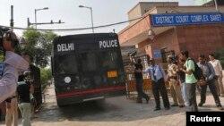 載著涉嫌犯有輪姦和殺人罪四名男子的警車, 在2103年9月10日到達新德里一家法院, 法官卡納星期二裁定四名男子的11項罪名成立