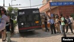 10일 여대생 성폭행 살해 혐의 용의자들을 태운 호송차량이 인도 뉴델리 법원에 도착했다.