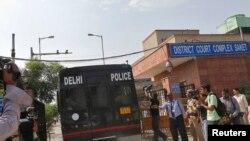 2013年9月10日,押送去年12月新德里轮奸案四名被告的警察驶入法庭。