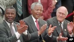 Tsohon shugaban Afirka Ta Kudu Nelson Mandela daga tsakiya da wanda ya karbeshi Thabo Mbeki daga hagu, tsohon shugaban kasa wanda ya mutu, De Clerk.