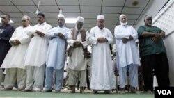 Muslim di Amerika, berbuka puasa bersama dan sholat berjamaah di masjid untuk menghilangkan kerinduan suasana Ramadhan di negara asal. (Foto: dok).