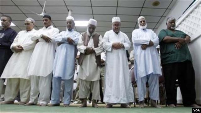 Buka puasa bersama dan sholat berjamaah di masjid untuk menghilangkan kerinduan suasana Ramadhan di negara asal.