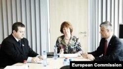 Pregovaračka trojka: Ivica Dačič, Ketrin Ešton i Hašim Tači (s leva)