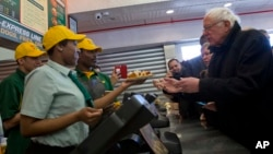 Kandidat Capres AS Senator Bernie Sanders memesan hot dog di Nathans Famous, Coney Island, dekat Brooklyn, New York (10/4).