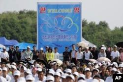 지난달 24일 북한 원산에서 열린 국제친선항공축전에서 주민들이 항공기 시범 비행을 지켜보고 있다.