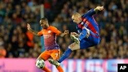 Jérémy Mathieu de Barcelone, à droite, stoppe une attaque de Raheem Sterling de Manchester City lors d'un match de Ligue des champions entre le Barcelone et Manchester City au stade de Barcelone, Espagne, 19 octobre 2016.