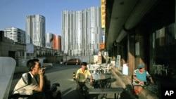 维吾尔人在北京一家新疆餐厅前面休息