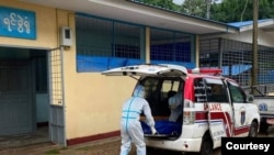 ကိုဗစ္သားေကာင္ျဖစ္ခဲ့ရသူတဦးအား ေရခဲတိုက္သို ့ပို ့စဥ္ (ဓာတ္ပံု - Maulamyine Rescue Organization)