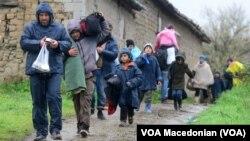 Migranti u Idomenu se vraćaju u izbeglički kamp pošto nisu uspeli da pređu grčku granicu, 15. mart 2016.