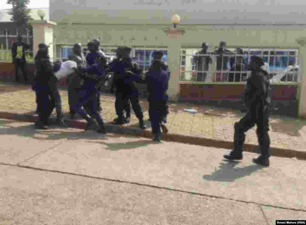 Robert Njangala de Filimbi pris de force par des policiers devant le siège de l'Assemblée provinciale à Bukavu, dans le Sud-Kivu, RDC, 23 février 2016. VOA/Ernest Muhero