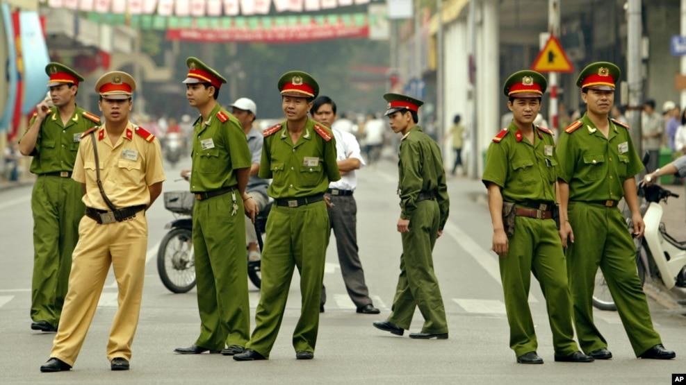 Công an trên một con đường ở Hà Nội. (Ảnh tư liệu)
