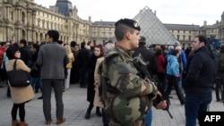Binh sĩ Pháp canh gác phía trước bảo tàng Louvre ở Paris, ngày 16 tháng 11, 2015.
