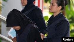 Siti Aisyah, yang dituduh membunuh Kim Jong Nam, saudara tiri pemimpin Korea Utara Kim Jong Un, tiba di Pengadilan Tinggi Shah Alam, di pinggiran Kuala Lumpur, Malaysia 11 Maret 2019.