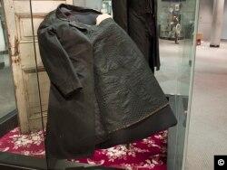 Chiếc áo khoác vấy máu của Tổng thống Abraham Lincoln đã mặc khi bị ám sát. (Ảnh: Carol M. Highsmith, Bộ sưu tập Thư viện Quốc hội).