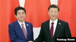 시진핑 중국 국가 주석과 아베 신조 일본 총리가 8일 주요 20개국(G20) 정상회의 개최지인 독일 함부르크에서 만나 정상회담을 하기에 앞서 악수를 하고 있다.