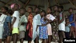 Des enfants attendant de se faire vacciner contre la rougeole en Afrique (Reuters)