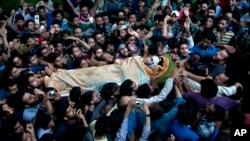 Kashmiri villagers carry body of Burhan Wani, chief of operations of Indian Kashmir's largest rebel group Hizbul Mujahideen, during his funeral procession in Tral, some 38 Kilometers (24 miles) south of Srinagar, Indian-controlled Kashmir, July 9, 2016.