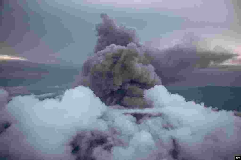 Pepeo izbačen iz kratera vulkana Niiragongo, severno od Gome, Demokratska Republika Kongo, 30. maj 2021. ( Foto: Aleksis Uge / AFP )
