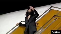 """Phó Tổng thống Mỹ Kamala Harris vẫy tay chào khi ra khỏi máy bay Air Force 2 tại sân bay Nội Bài ở Hà Nội để bắt đầu chuyến công du hai ngày ở Việt Nam. Chuyến bay của bà từ Singapore bị hoãn vài giờ sau một """"sự cố sức khoẻ"""" từ Hà Nội."""