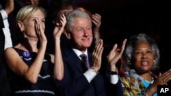 Mantan presiden Bill Clinton (tengah) akan menyampaikan pidato pada hari kedua konvensi Partai Demokrat.