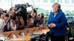 Kanselir Jerman Angela Merkel berbicara kepada wartawan hari Kamis (28/7) di Berlin.
