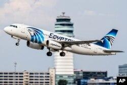 埃及航空公司的一架空中客车A320飞机在维也纳机场起飞(2015年8月21日)