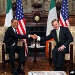 奥巴马和爱尔兰总理于都柏林握手