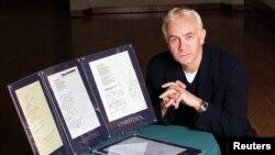 Penulis lagu Bernie Taupin berpose dengan lirik asli 'Candle in the Wind 1997' di Beverly Hills, 4 Februari 1998. (Foto:dok)
