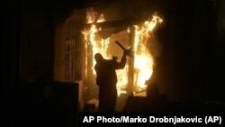 Zapaljena ambasada SAD u Beogradu, (Foto: AP/Marko Drobnjakovic)