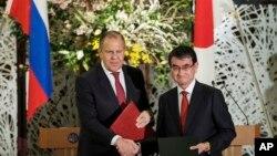 고노 다로 일본 외무상(오른쪽)과 세르게이 라브로프 러시아 외무장관이 지난 3월 도쿄에서 공동기자회견을 마친 후 악수하고 있다.