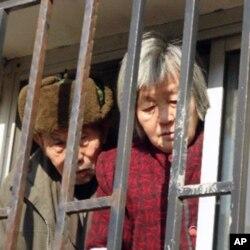 鐵窗後的訪民在被解救前。