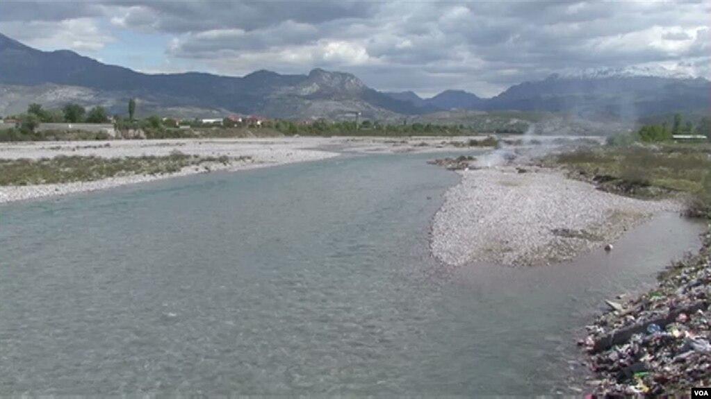 Vazhdon dëmtimi i lumenjve në Shqipëri