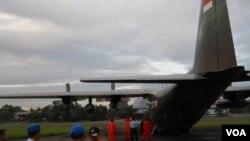 Persiapan pemberangkatan pesawat Hercules TNI AU Senin (28 Desember) untuk mencari pesawat AirAsia QZ8501 (VOA Indonesia/ Andylala)