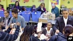 奥巴马全家在某慈善厨房分发感恩节食品