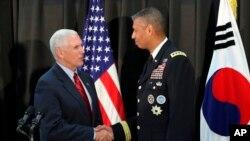 El vicepresidente Mike Pence, da la mano al general estadounidense Vincent Brooks, comandante del Comando de las Naciones Unidas, de las Fuerzas de EE.UU. Corea y del Comando de Fuerzas Combinadas en Seúl, Corea del Sur, domingo, 16 de abril de 2017.