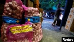 Bawang putih yang diimpor dari China dijual di sebuah pasar tradisional di Jakarta, 3 Februari 2020. (Foto: dok)