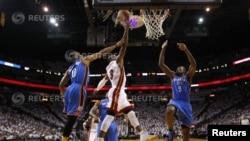 LeBron James anotó 26 puntos, repartió 12 asistencias y atrapó nueve rebotes. Dwyane Wade agregó 25 puntos y Chris Bosh aportó otros 25.