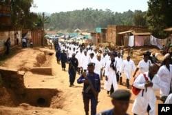 Para dokter dan pekerja kesehatan berpawai di Kota Butembo di timur Kongo setelah seorang pakar epidemiologi asal Kamerun dan bekerja untuk Badan Kesehatan Dunia (WHO) ditembak mati oleh sekelompok penyerang, 24 April 2019.