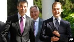 俄罗斯总统梅德韦杰夫(右)和北约秘书长拉斯穆森(左)周一在索契会晤