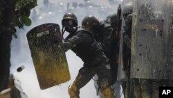 10일 베네수엘라 수도 카라카스에서 경찰이 반정부 시위대를 진압하고 있다.